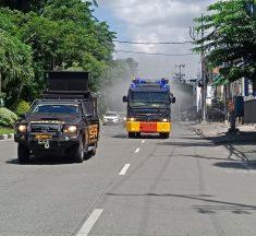 Serentak, Polda Jatim Lakukan Penyemprotan Disinfektan di Ruas Jalan di Surabaya